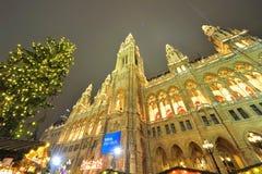 Ayuntamiento en Viena en el tiempo de la Navidad Imágenes de archivo libres de regalías