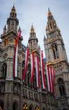Ayuntamiento en Viena en la tarde con las banderas Fotos de archivo