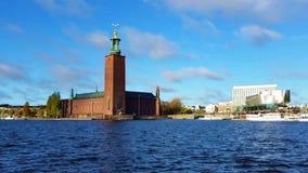 Ayuntamiento, Estocolmo, Suecia detrás de las aguas del lago Malaran almacen de metraje de vídeo