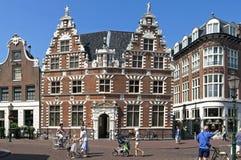 Ayuntamiento holandés antiguo y gente en Hoorn Foto de archivo