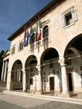 Ayuntamiento las pulas al lado del templo romano Imagen de archivo libre de regalías