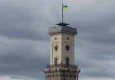 Ayuntamiento Lviv construyó en 1830-1845 la torre 65 m Foto de archivo