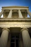 Ayuntamiento magnífico con las letras talladas oro Imagen de archivo libre de regalías