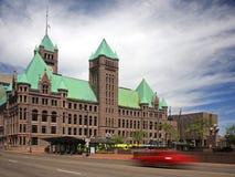 Ayuntamiento Minneapolis y coche móvil Imágenes de archivo libres de regalías