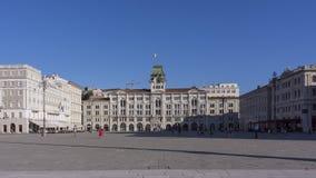 Ayuntamiento, Palazzo del Municipio, es el edificio dominante en la plaza principal Piazz de Trieste Fotos de archivo