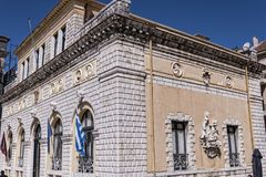 Ayuntamiento pasa por alto una de las arenas públicas más hermosas de la ciudad vieja en la ciudad de Corfú Imágenes de archivo libres de regalías