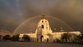 Ayuntamiento Pasadena y arco iris doble Fotos de archivo libres de regalías