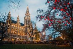 Ayuntamiento (Rathaus) durante el tiempo de la Navidad, Austria Foto de archivo libre de regalías