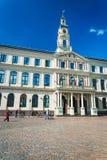 Ayuntamiento sobre el cuadrado de ayuntamiento en Riga Foto de archivo