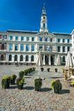 Ayuntamiento sobre el cuadrado de ayuntamiento en Riga Fotos de archivo