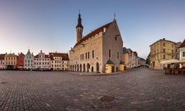 Ayuntamiento Tallinn y cuadrado por la mañana, Tallinn de Raekoja Foto de archivo libre de regalías