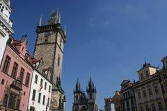Ayuntamiento viejo con la iglesia de nuestra señora antes de Tyn, Praga, República Checa fotos de archivo