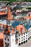 Ayuntamiento viejo y tejados de Munich imagenes de archivo