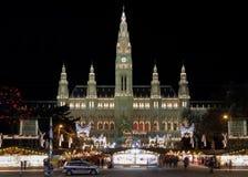 Ayuntamiento Viena con el mercado de la Navidad, Austria Imágenes de archivo libres de regalías