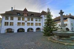 Ayuntamiento y árbol de navidad y fuente en el cuadrado de Thun Fotografía de archivo libre de regalías