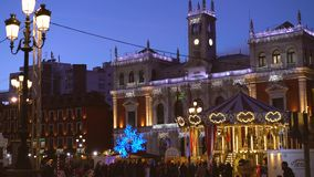 Ayuntamiento y carrusel viejo en la noche de la Navidad, Valladolid, España 2018 del vintage almacen de metraje de vídeo