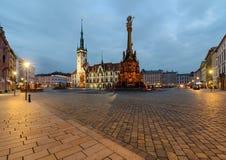 Ayuntamiento y columna de la trinidad santa en Olomouc después de la puesta del sol Imagen de archivo