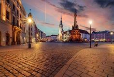 Ayuntamiento y columna de la trinidad santa en Olomouc durante puesta del sol Fotografía de archivo