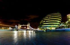 Ayuntamiento y puente de la torre en el panorama capital británico a de Londres Imagenes de archivo