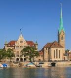 Ayuntamiento Zurich y la catedral de Fraumunster Fotografía de archivo