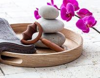 Ayurveda и mindfulness для утихомиривая массажа тела над балансируя камнями Стоковые Изображения RF