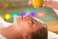 Женщина наслаждаясь массажем масла Ayurveda Стоковое Фото