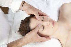 Ayurveda enfrenta a massagem para a dor de cabeça reconfortante Fotos de Stock