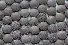 Ayurveda piller Växt- naturliga indiska piller, Ayurveda behandling Ayurvedic medicinört Bakgrund av pillret eller svart brunt arkivbilder