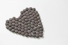Ayurveda piller Växt- naturliga indiska piller, Ayurveda behandling Ayurvedic medicinört kopiera avstånd för din text Hjärta av P royaltyfria bilder