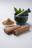 Ayurvedic檀香木粉末、油和浆糊 库存照片