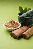 Ayurvedic檀香木粉末、油和浆糊 库存图片
