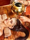 有的妇女Ayurvedic温泉处理。 免版税库存照片