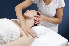 Ayurvedic acupressure av fysioterapeuten Royaltyfri Bild