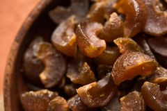 Ayurvedic Amla糖果,是被烘干和在口味的咸甜或者chatpata和消化的 服务在一个木碗,选择聚焦 库存图片