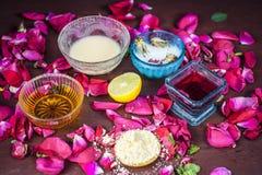 Ayurvedic kruiden gezichts of ingrediënten i van het gezichtspak e Nam stroop toe, nam bloemblaadjes, honing, citroen, citroen en stock afbeelding
