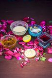 Ayurvedic kruiden gezichts of ingredi?nten i van het gezichtspak e Nam stroop toe, nam bloemblaadjes, honing, citroen, citroen en royalty-vrije stock fotografie