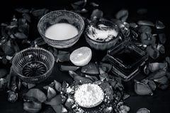 Ayurvedic kruiden gezichts of ingredi?nten i van het gezichtspak e Nam stroop toe, nam bloemblaadjes, honing, citroen, citroen en stock foto