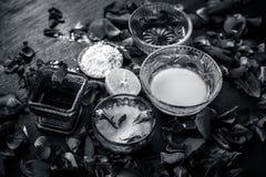 Ayurvedic kruiden gezichts of ingredi?nten i van het gezichtspak e Nam stroop toe, nam bloemblaadjes, honing, citroen, citroen en royalty-vrije stock afbeeldingen