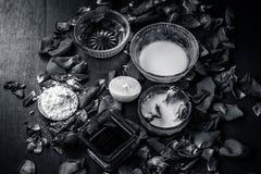 Ayurvedic kruiden gezichts of ingredi?nten i van het gezichtspak e Nam stroop toe, nam bloemblaadjes, honing, citroen, citroen en stock foto's