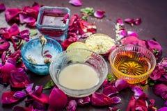 Ayurvedic kruiden gezichts of ingredi?nten i van het gezichtspak e Nam stroop toe, nam bloemblaadjes, honing, citroen, citroen en royalty-vrije stock foto's