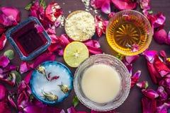 Ayurvedic kruiden gezichts of ingredi?nten i van het gezichtspak e Nam stroop toe, nam bloemblaadjes, honing, citroen, citroen en stock afbeeldingen