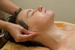 ayurvedic massageoljeprocedur Fotografering för Bildbyråer