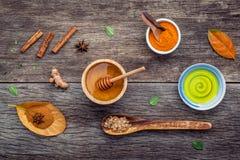 Ayurvedicgeneeskunde en nature spa ingrediëntenhoning, kruidencomp Royalty-vrije Stock Afbeeldingen
