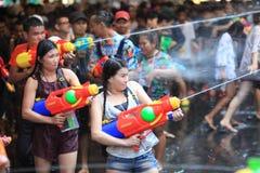 AYUTHAYA,泰国- 4月13 :飞溅与人群的女孩戏剧 免版税库存照片