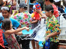 AYUTHAYA,泰国- 4月13 :飞溅与人群的女孩戏剧 免版税库存图片