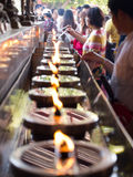 AYUTHAYA,泰国03,2015 :人们填装油灯的一些油 库存图片