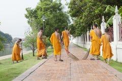 AYUTHAYA TAILANDIA - 28 MARZO: Cl quotidiano di piccola mattina tailandese del monaco Fotografia Stock Libera da Diritti