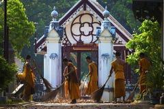 AYUTHAYA TAILANDIA - 28 MARZO 2015: più giovane monaco tailandese di wat n Fotografie Stock Libere da Diritti