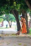 AYUTHAYA TAILANDIA: 28 MARZO: pulizia quotidiana del monaco buddista tailandese Immagini Stock Libere da Diritti