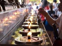 AYUTHAYA, TAILANDIA PUÒ 03,2015: La gente riempie un certo olio per la lampada a olio Fotografia Stock